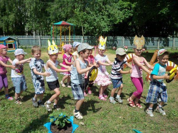 Дети играют на площадке