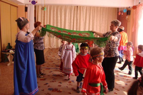 Дети и воспитатели играют в народную игру