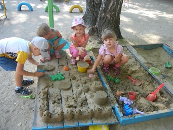 Дети летом в песочнице
