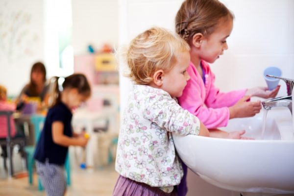 Малыши моют руки