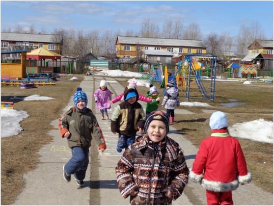 Дети на дороге около детского сада, зима