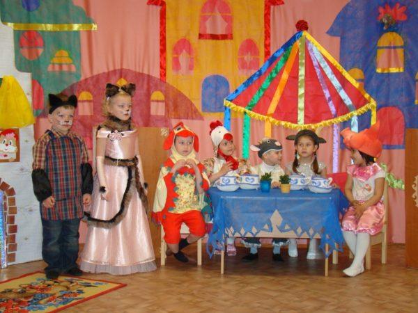 Дети на сцене разыгрывают сказку «Кошкин дом»