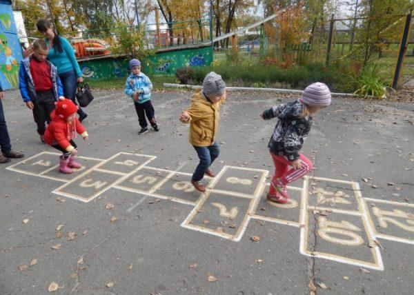 Дети прыгают в классики