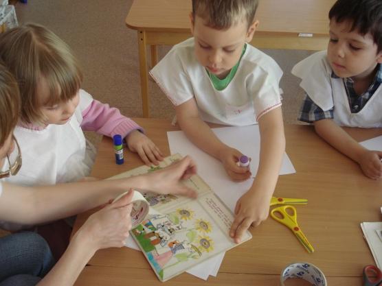 Дети ремонтируют книжки