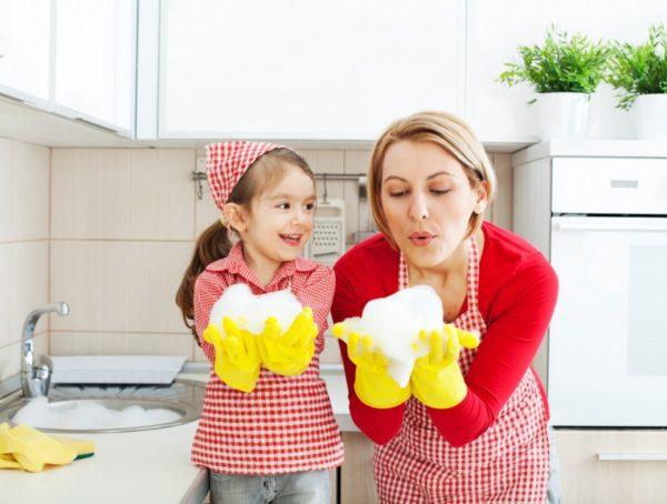 Девочка и мама моют посуду
