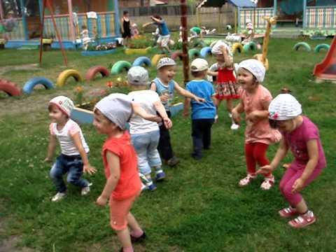 Дети в панамках играют на траве
