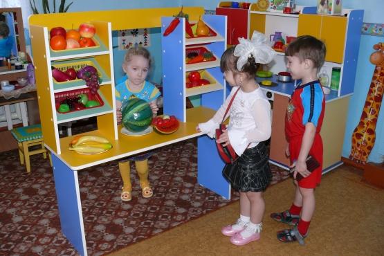 Дошкольники играют в магазин