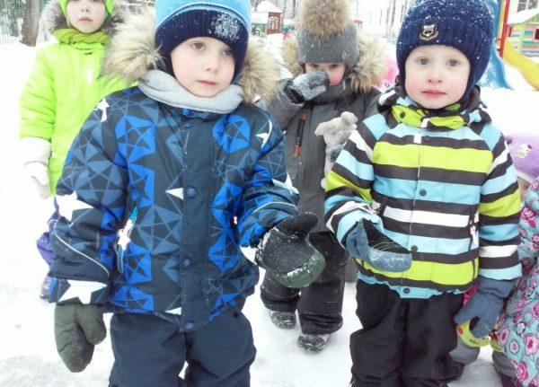 Четыре ребёнка в зимней одежде стоят на снегу