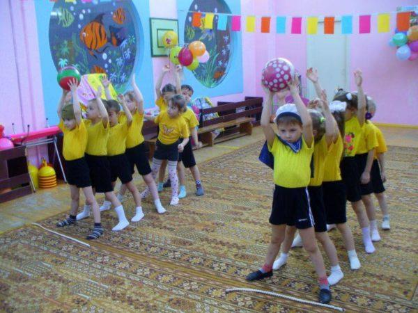 Дети играют в эстафету
