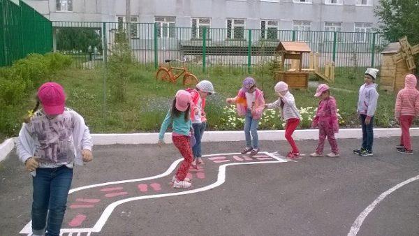 Дети играют на асфальте