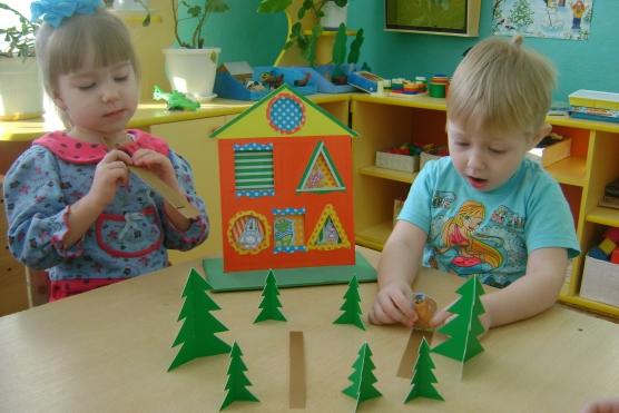 Мальчик и девочка играют за столом