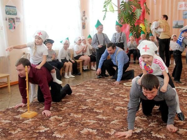 Папы играют с детьми