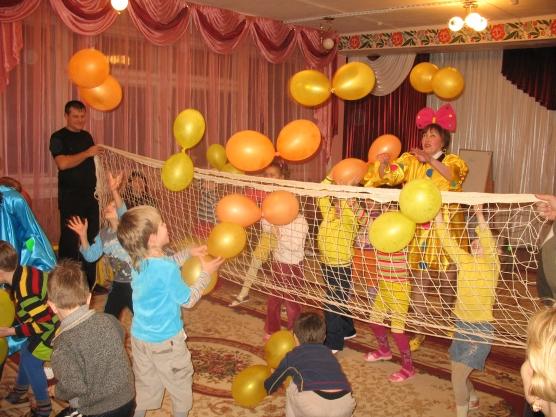 Дети и воспитатель играют с воздушными шариками