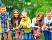 Пятеро детей стоят на мосту на детской площадке