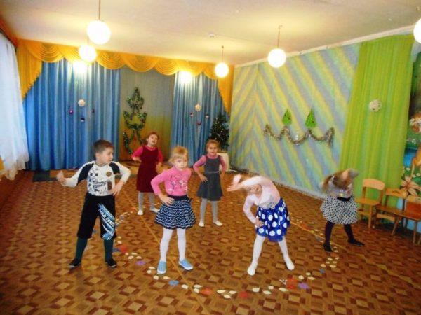 Шестеро детей стоят полукругом и делают наклоны