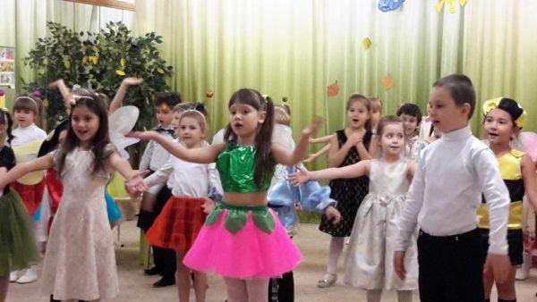 Дети в нарядных костюмах участвуют в представлении