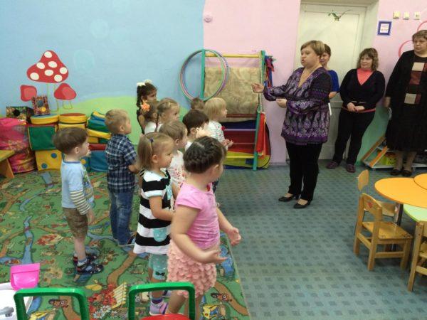 Воспитатель проводит открытое занятие с детьми