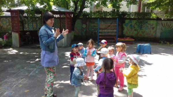 Воспитательница хлопает в ладоши, дети смотрят и повторяют