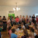 Дети едят в столовой, родители выстроились в ряд у стены