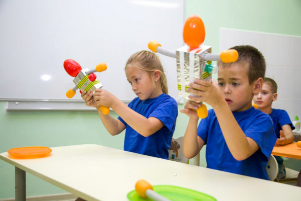 Дети демонстрируют самостоятельно сделанных из бросового материала роботов