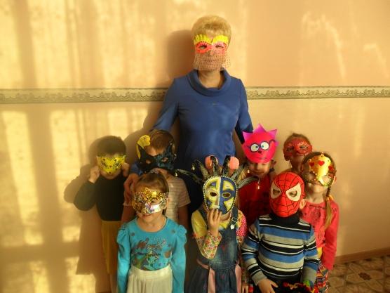Дети и воспитатель стоят в масках