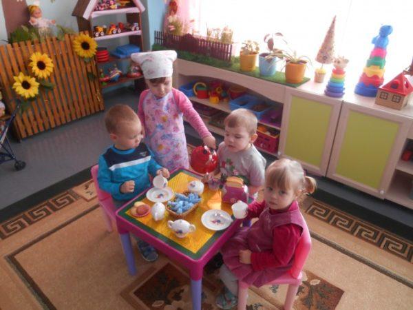 Дети играют в чаепитие