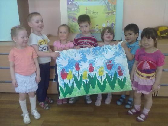 Дети стоят, держа в руках красочное панно
