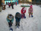 дети расчищают снег