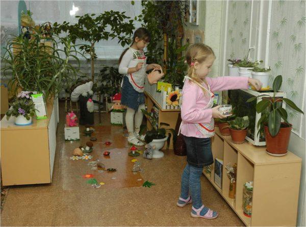 Дети убираются в уголке природы