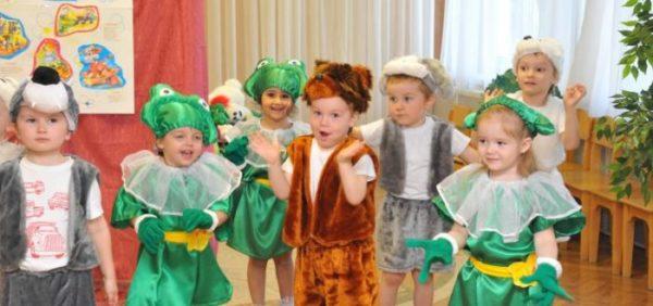 Дети в костюмах: два волка, медведь и девочки в костюмах лягушек