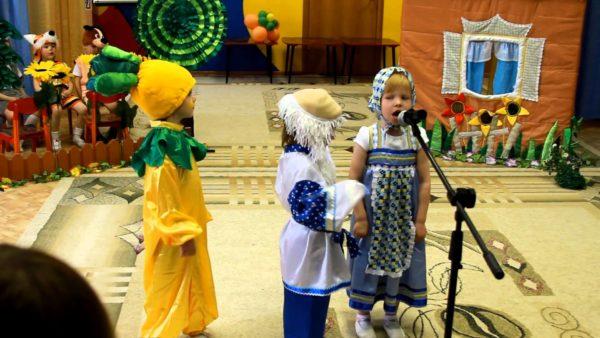 Дети в костюмах сказки «Репка» участвуют в представлении