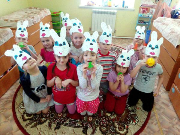 Дети в масках зайчиков