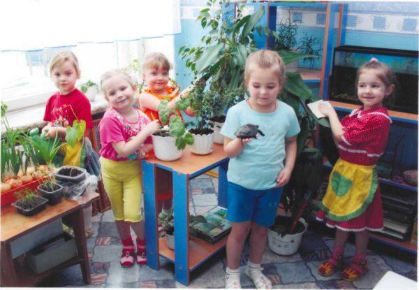 Дети с черепашкой в живом уголке