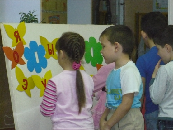 дети занимаются грамотой
