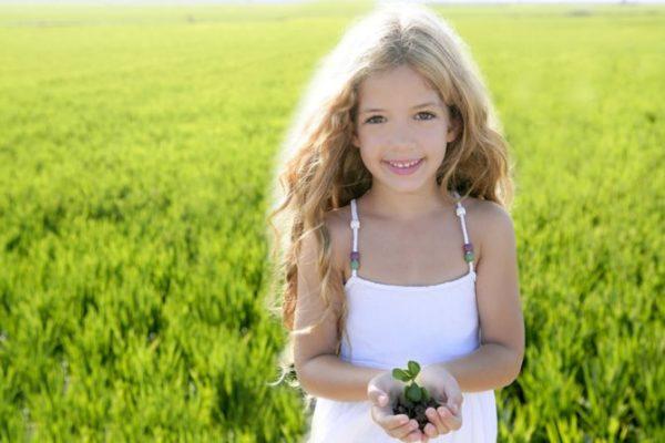 Девочка держит в руках растение