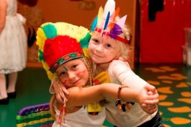Две девочки в индейских головных уборах