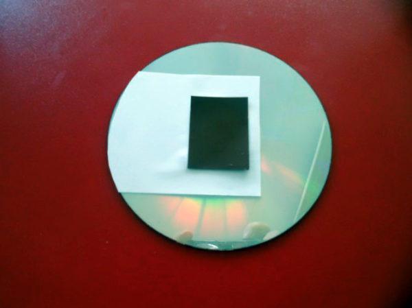 Диск с белым прямоугольником, внутри которого находится черный прямоугольник