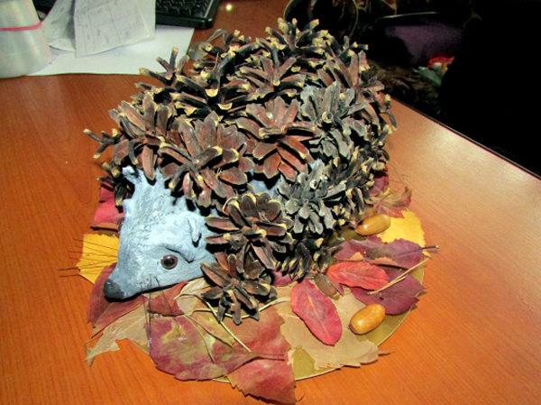 Ёжик из шишек на подстилке из осенних листьев