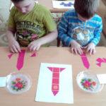 Два мальчика собирают ракеты из плоских геометрических фигур