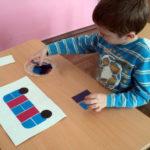 Мальчик собирает автобус из плоских геометрических фигур
