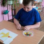 Мальчик собирает самолёт из плоских геометрических фигур