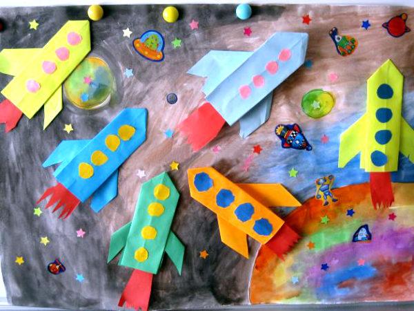 Несколько ракет, размещённых на общем космическом фоне