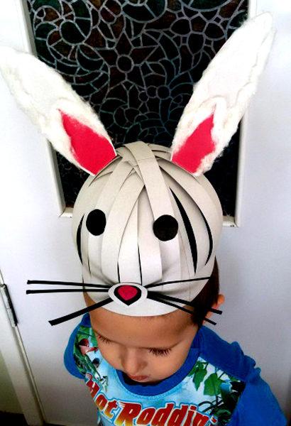 Ребёнок в шапочке зайчика