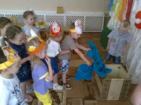 Дети участвуют в игре-драматизации по мотивам сказки «Репка»