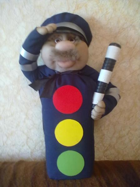 Игрушечный светофор в виде куклы полицейского в фуражке