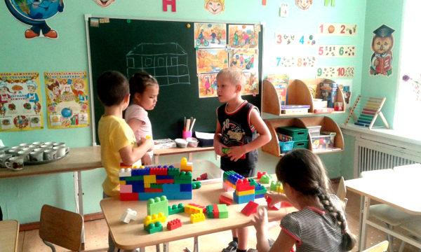 Четверо детей играют с конструктором