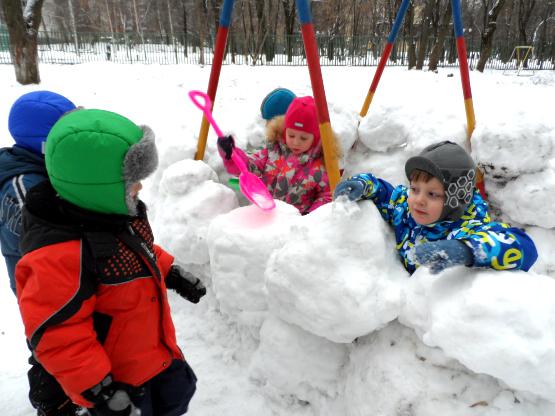 Дети строят снежную крепость