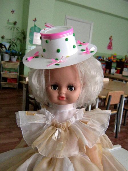 Кукла в оригинальной шляпке и нарядном платье