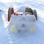 Легковой автомобиль из снега