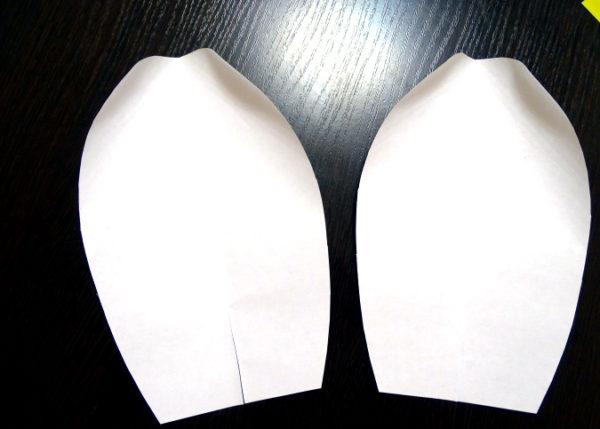 Лепестки из белой бумаги
